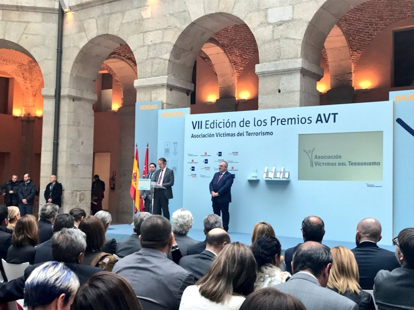 El presidente de EFE, José Antonio Vera, se dirige a los asistentes tras recibir el premio concedido a la agencia estatal de noticias..