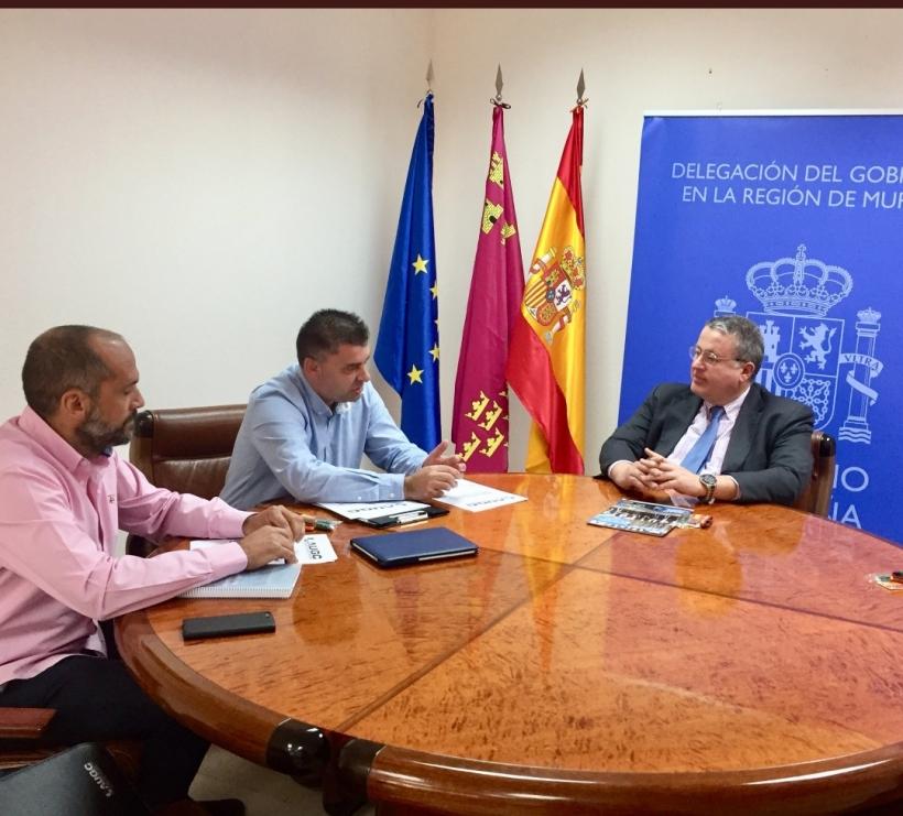 Los representantes de AUGC Murcia y el delegado del Gobierno en la región, Francisco Bernabé, en un momento de la reunión.
