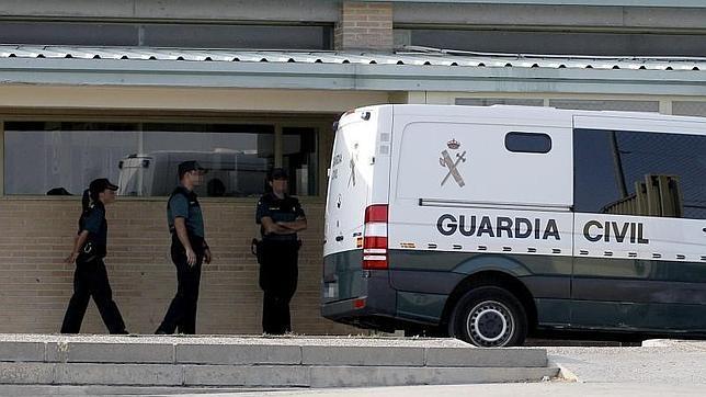 Guardias civiles junto a un furgón para el traslado de presos.