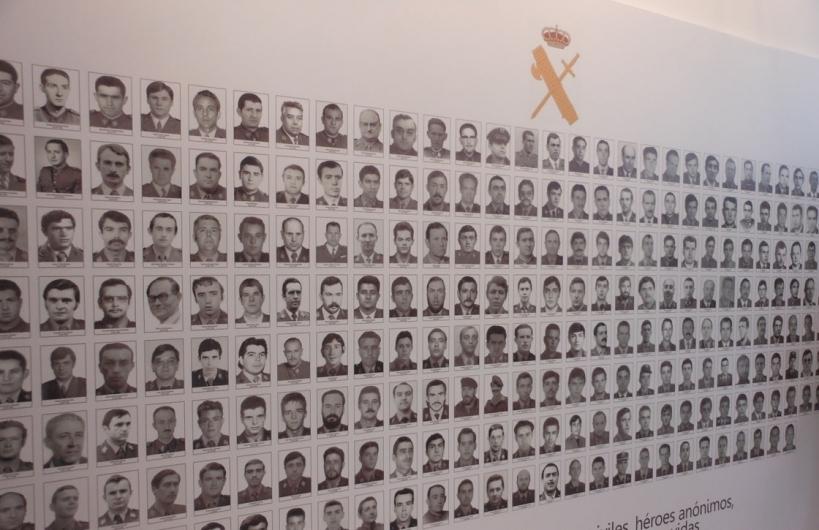 Panel fotográfico con las imágenes de todos los compañeros guardias civiles que perdieron la vida bajo el terrorismo de ETA.
