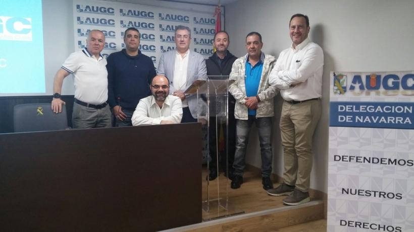 La Junta Directiva Provincial de AUGC Navarra posa acompañada por el Secretario Nacional de Finanzas de AUGC, Juan Antonio García Momblona (derecha).