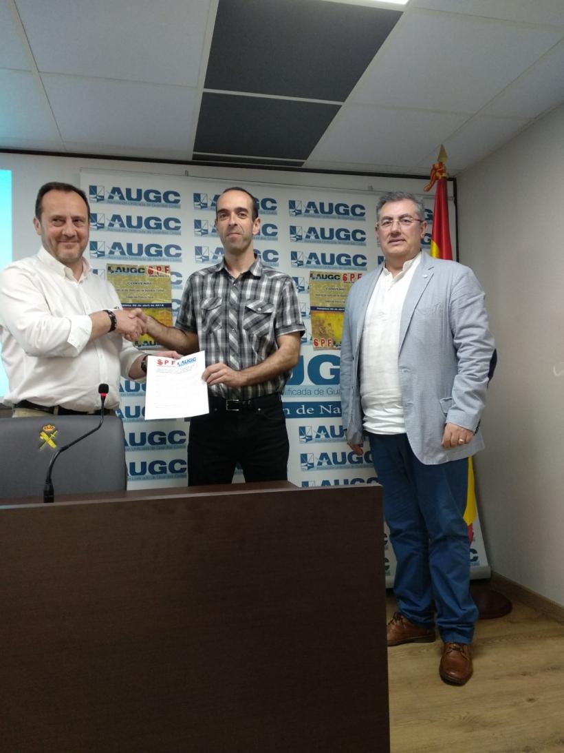 Momento de la firma de la renovación del convenio entre ambas organizaciones.