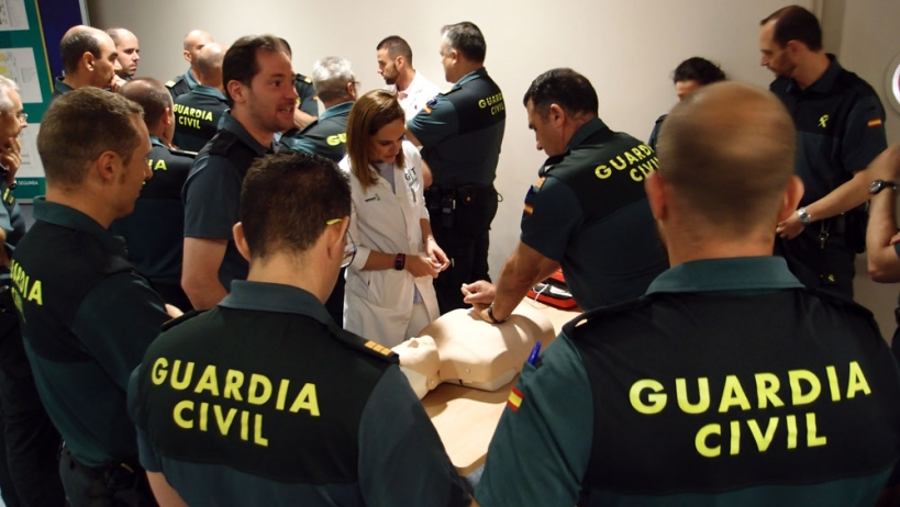 Un grupo de guardias civiles practicando primeros auxilios en un curso con sanitarios.