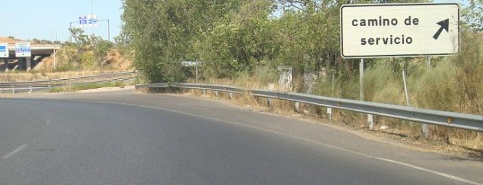 El acceso al camino que conduce hasta el acuartelamiento carece de señalización alguna.