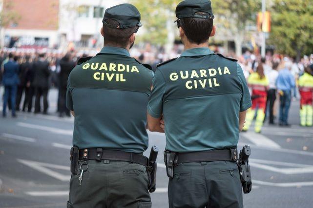 Dos guardias civiles durante un servicio