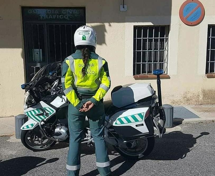 Una agente de la Agrupación de Tráfico de la Guardia Civil.