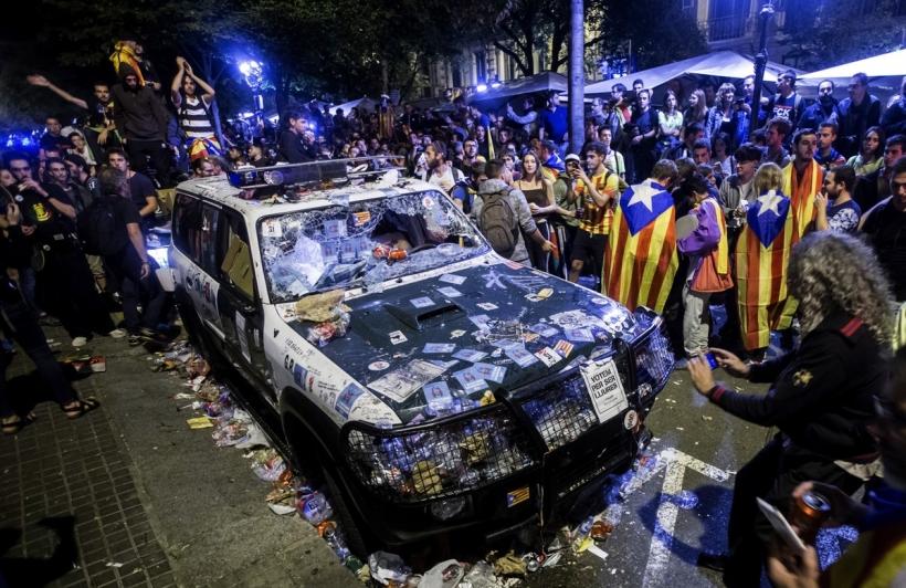 Un vehículo de la guardia civil atacado por independentistas en Barcelona.