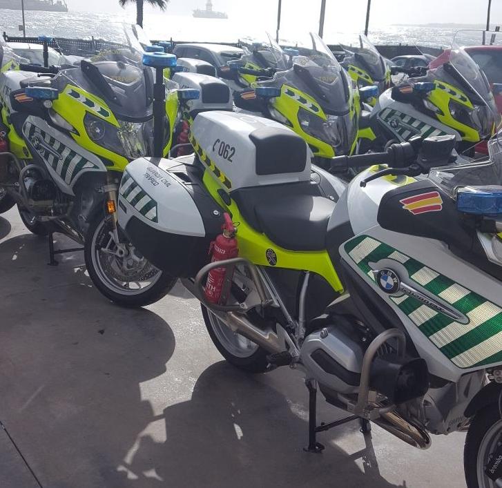 Motocicletas de la Guardia Civil con el extintor fijado a un lateral.