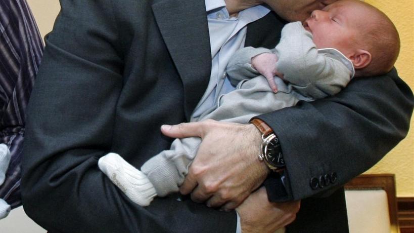 Un hombre con su bebé.