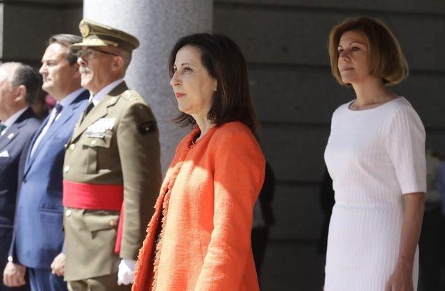 La ministra de Defensa, Margarita Robles, en un acto militar junto a su predecesora en el cargo, María Dolores de Cospedal.