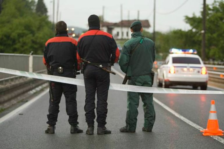 Un guardia civil junto a dos ertzainas.