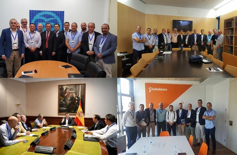 Los representantes de las asociaciones profesionales posan con los miembros de los distintos grupos parlamentarios. Desde arriba a la izquierda, y en sentido de las agujas del reloj, con Partido Popular, PSOE, Podemos y Ciudadanos.