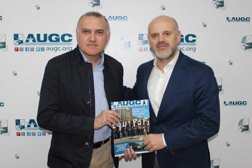Alberto Moya (izquierda) y Jesús Carretero, de UCI, posan con un ejemplar de La Revista de AUGC.