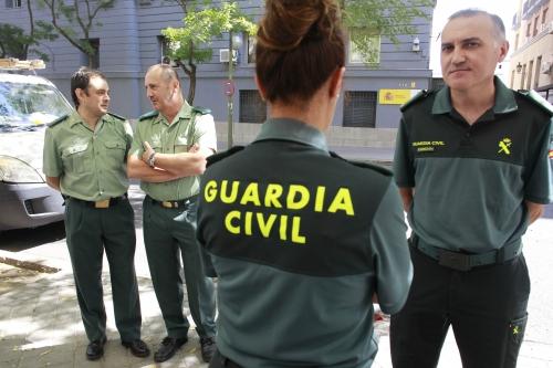 Alberto Moya (derecha) y otros miembros de la Junta Directiva Nacional de AUGC posan frente a la Dirección General antes declarar en 2015 por expedientes abiertos contra ellos.