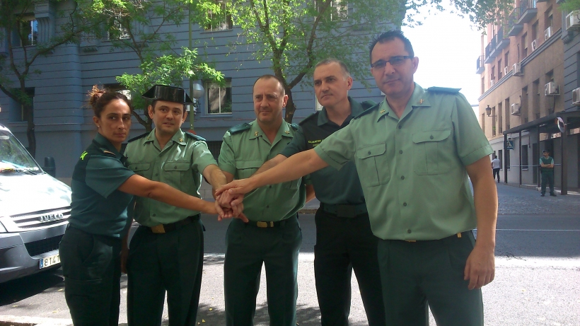 Pilar Villacorta posa con otros miembros de la JDN de AUGC ante las puertas de la Dirección General antes de declarar por los expedientes abiertos contra ellos en 2015.