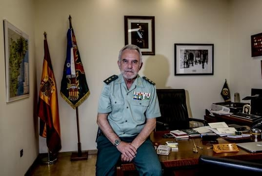 El anterior Jefe de la Comandancia de Alicante, Manuel Muñoz, en su despacho. Foto: Pilar Cortés / Diarioinformacion