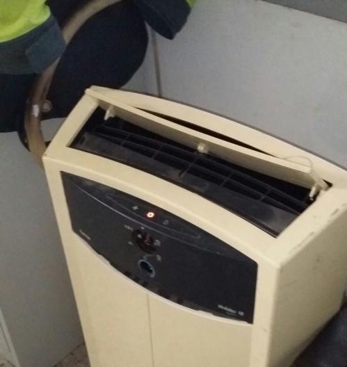 El vetusto e ineficaz aparato climatizador del Destacamento de Tráfico de Alicante.
