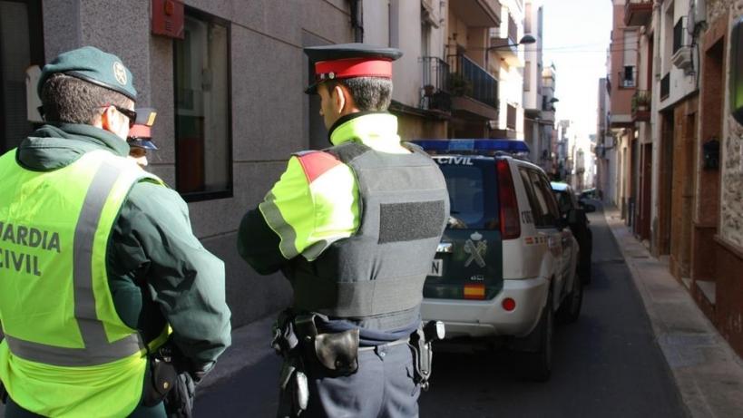 Un guardia civil y un mosso d'Esquadra.