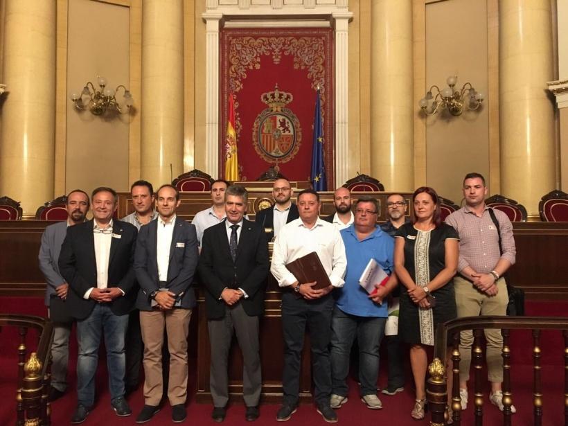 Representantes de asociaciones profesionales de la Guardia Civil y sindicatos de la Policía Nacional posan en la Cámara Alta con senadores del Grupo Popular tras la reunión.