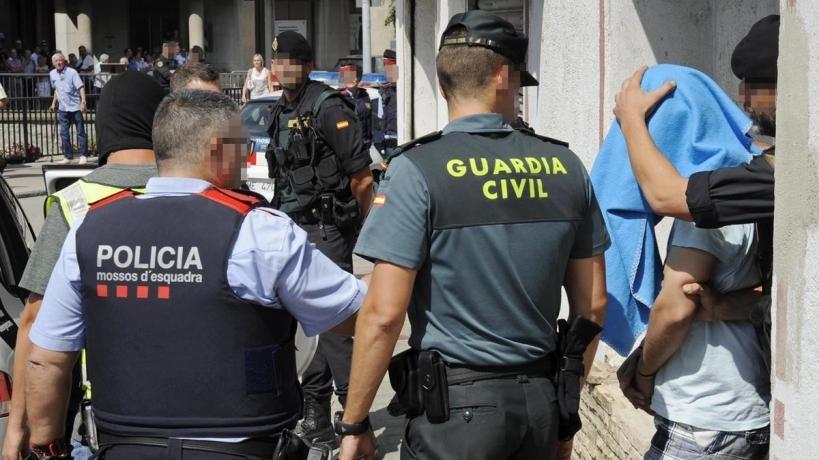 Un guardia civil junto a un mosso d'Esquada.