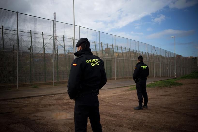 Dos guardias civiles ante la valla fronteriza de Ceuta. Foto: Jairo Vargas.