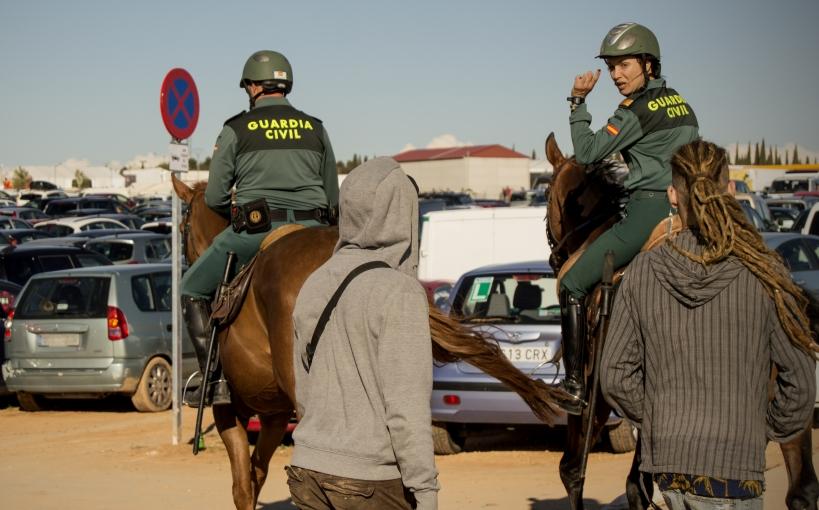 Dos guardias civiles patrullan a caballo.