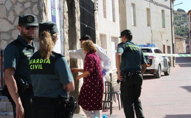 La Guardia Civil accede al bar Maribel, en el municipio vallisoletano de Castrillo-Tejeriego, donde ayer se produjo un tiroteo. / HENAR SASTRE