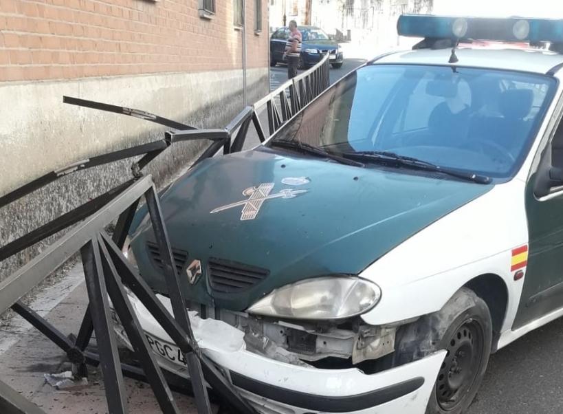 Estado del vehículo tras colisionar con la valla que separa la calzada de la acera.