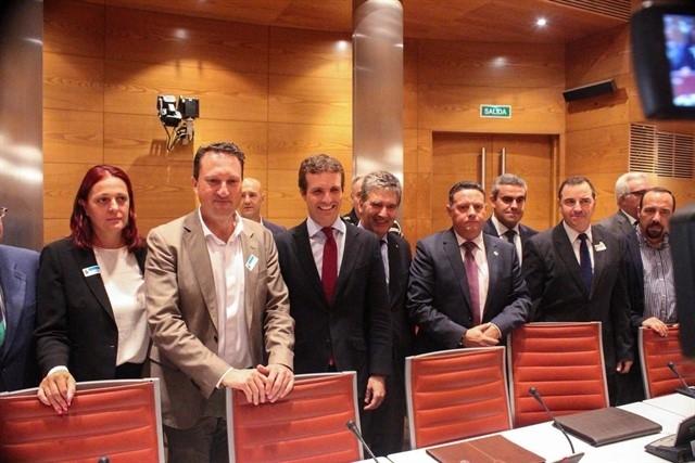 El presidente del PP, Pablo Casado, en el centro, posa con los representantes de asociaciones de guardias civiles y sindicatos de policías.