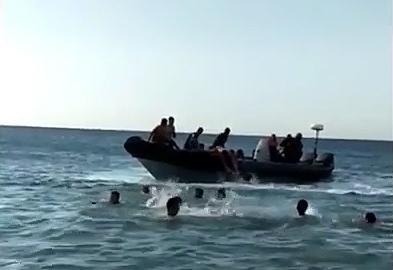 Captura del vídeo en el que los inmigrantes saltan a la playa desde una narcolancha.