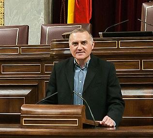 El secretario general de AUGC, Alberto Moya, posa en el hemiciclo del Congreso.