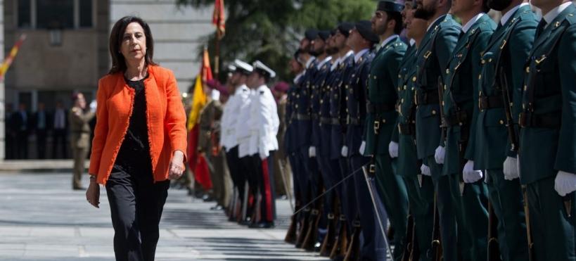 La ministra de Defensa, Margarita Robles, pasando revista.