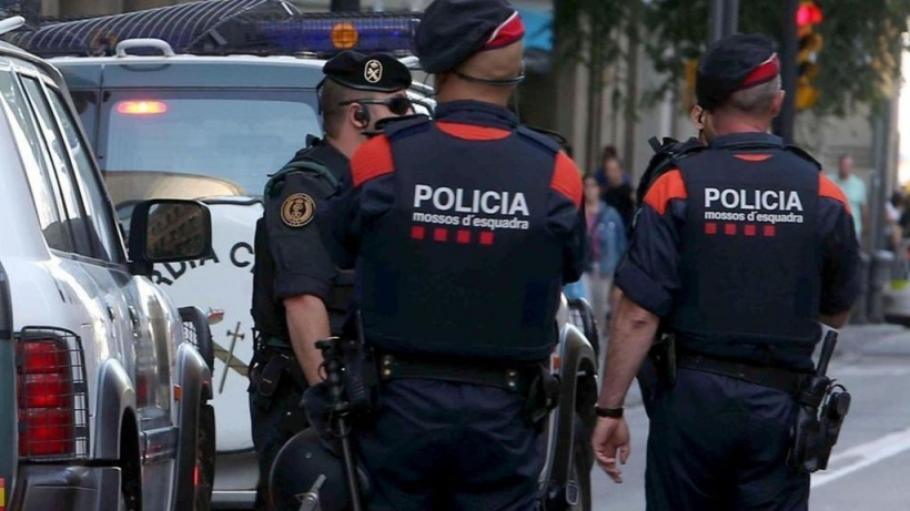 Dos mossos y un guardia civil durante una operación en Cataluña.