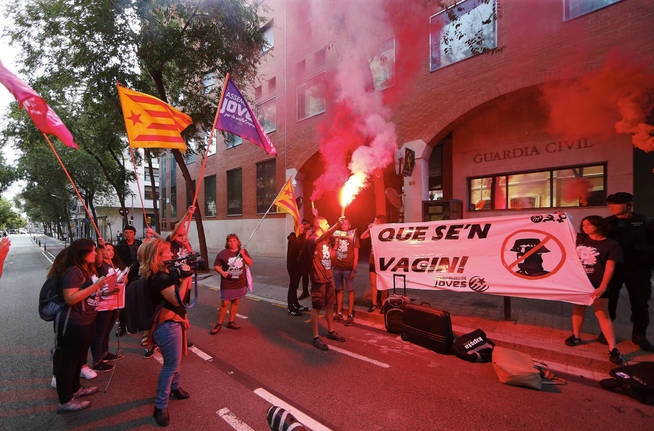Acoso de independentistas contra un puesto de la Guardia Civil en Cataluña.