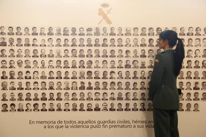 Una guardia civil observa un panel en el que se muestran los retratos de guardias civiles víctimas del terrorismo. Foto: Jesús F. Salvadores.