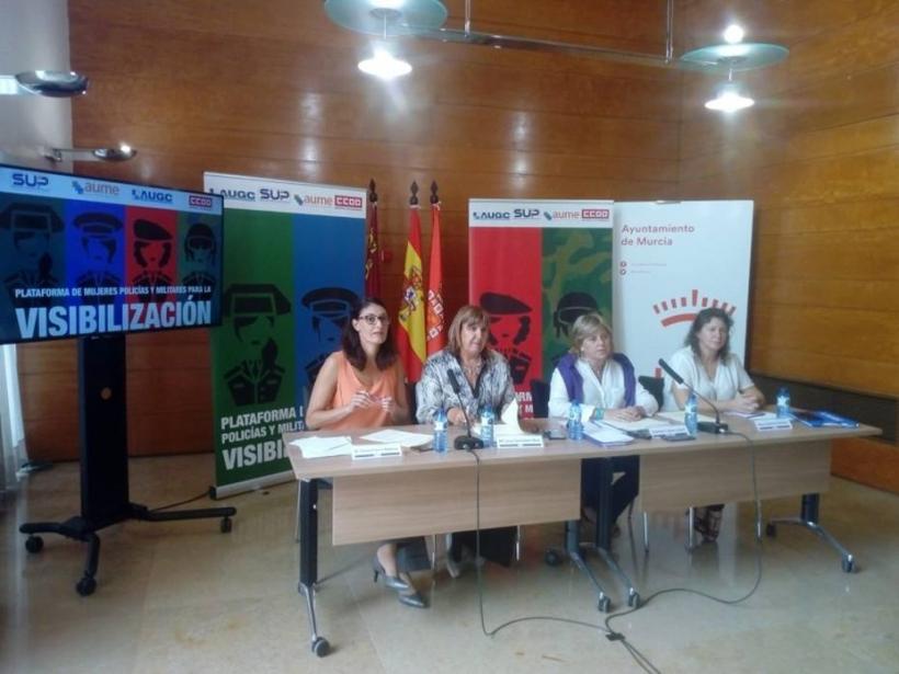 Presentación de la Plataforma esta mañana en Murcia. A la derecha de la imagen, la Secretaria de la Mujer de AUGC, Alicia Sánchez.