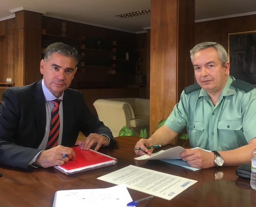 El delegado del Gobierno en Castilla-La Mancha, Manuel González Ramos, con el secretario general de la Federación de AUGC en esta comunidad, Francisco Javier García Peña.