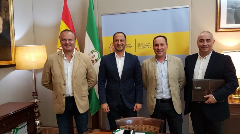 Los representantes de AUGC posan con el delegado del Gobierno en Andalucía, Alfonso Rodríguez Gómez de Celis (segundo por la izquierda), tras la reunión.