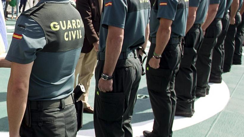 Guardias civiles en formación durante un acto oficial.