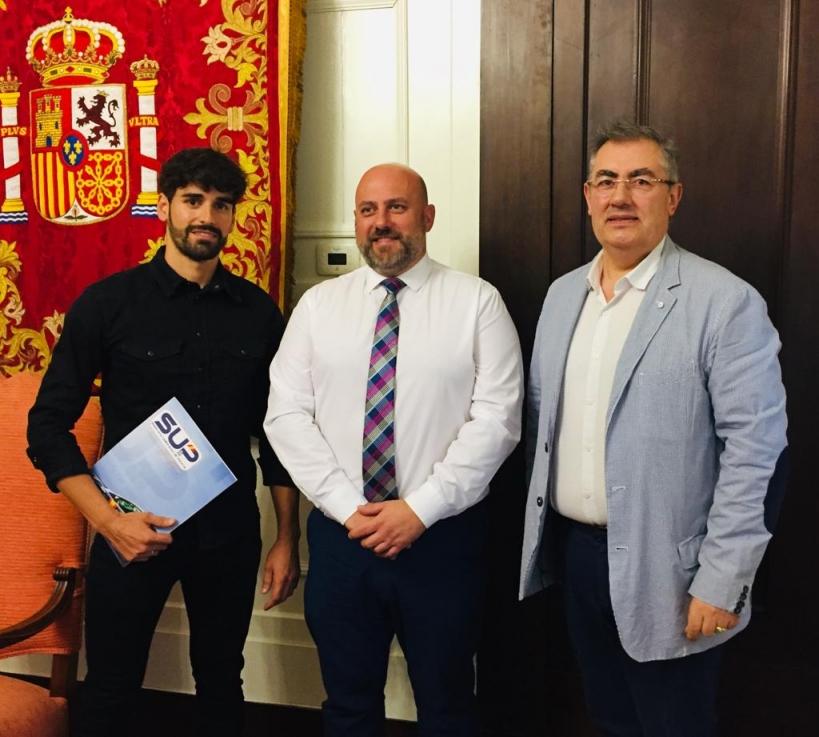 El secretario general de la delegación de AUGC Navarra, José Manuel Hernández López (derecha), con el delegado del Gobierno (centro) y el representante del SUP en la comunidad foral.