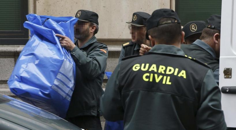 Guardias civiles durante una operación policial en Cataluña. Foto: EFE
