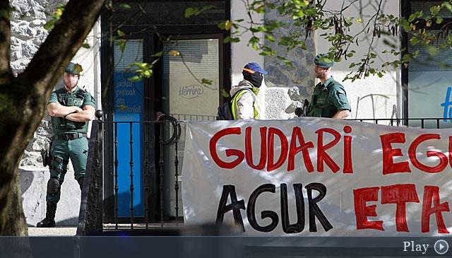 Guardias civiles durante una operación policial en Euskadi.