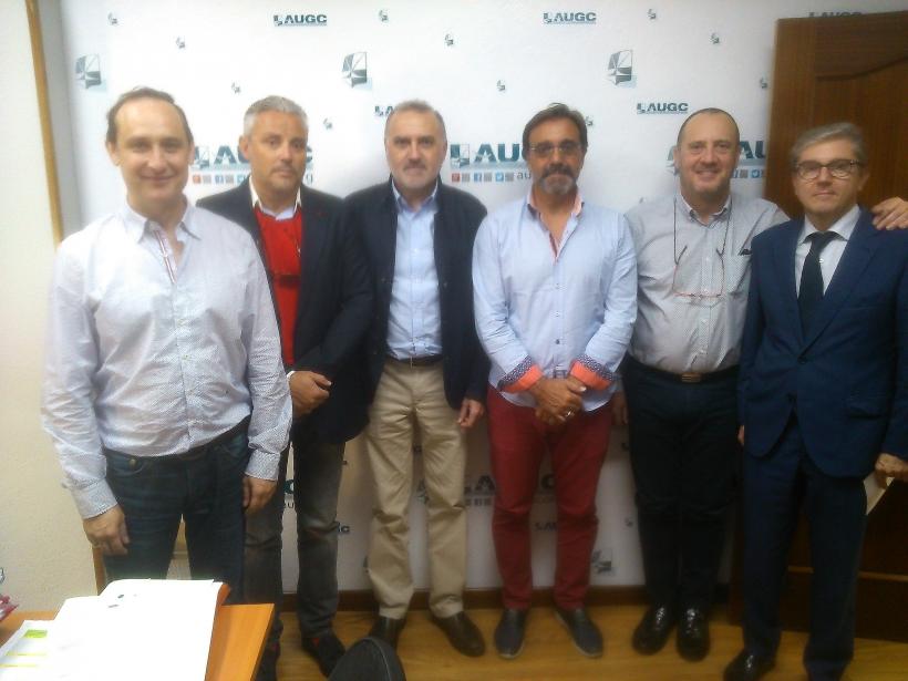 Los responsables de la nueva comisión posan con miembros de la JDN de AUGC.