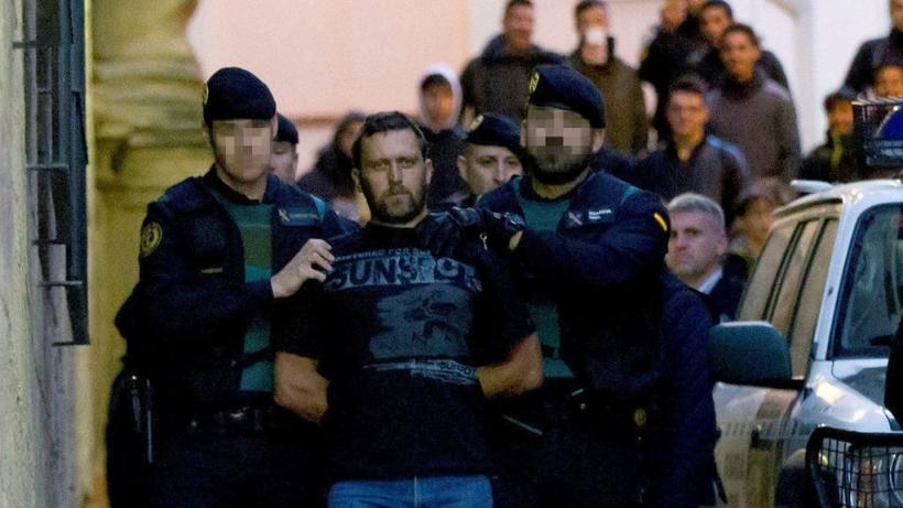 Igor el ruso, conducido por dos guardias civiles a su salida de los juzgados de Alcañiz (Teruel). AUGC está personada como acusación particular por el crimen que costó la vida a dos agentes y un ganadero.
