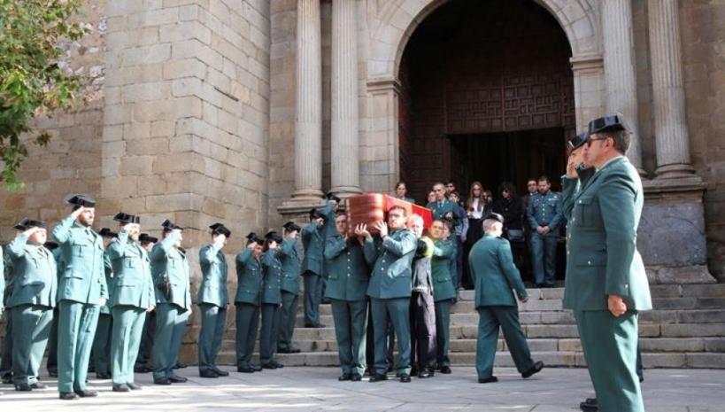 Compañeros de Juan Francisco Lozano portan su féretro a la salida del funeral celebrado en la parroquia de Don Benito (Badajoz), de donde era originario.