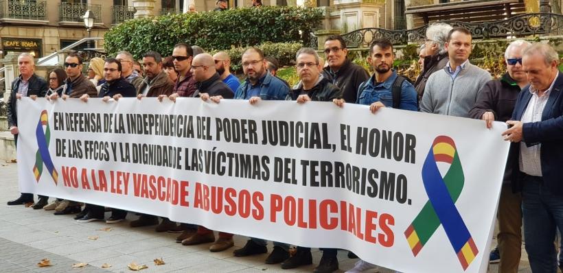 Los representantes de asociaciones de la Guardia Civil y sindicatos de la Policía Nacional, tras la pancarta con la que se han concentrado esta mañana.