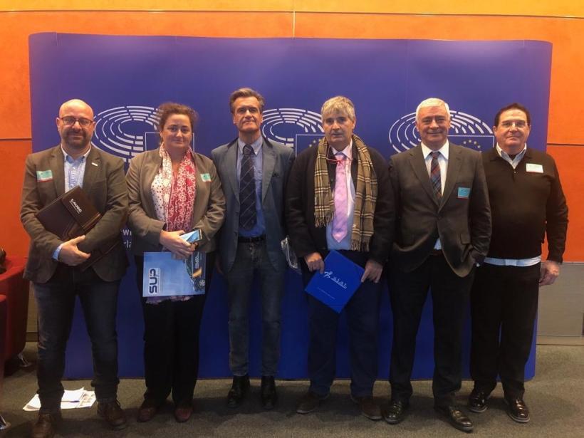 Representantes de la Plataforma, entre ellos José Encinas, secretario general provincial de AUGC Cádiz (primero por la izquierda) posan hoy en Bruselas con el eurodiputado socialista Juan Fernando López Aguilar (tercero por la izquierda).