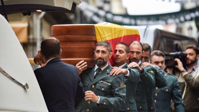 El féretro de José Manuel Arcos, transportado por sus compañeros.