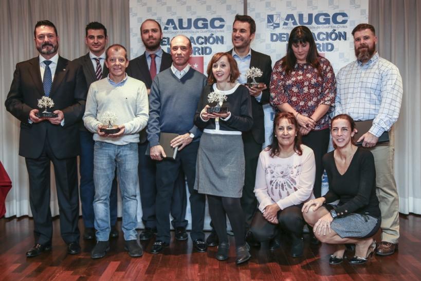 Los premiados y mencionados en los XII Premios Periodísticos de AUGCC Madrid, junto con David Casares, su secretario general