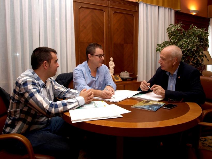Instantánea de la reunión de los representantes de AUGC con el Subdelegado del Gobierno en Cuenca.
